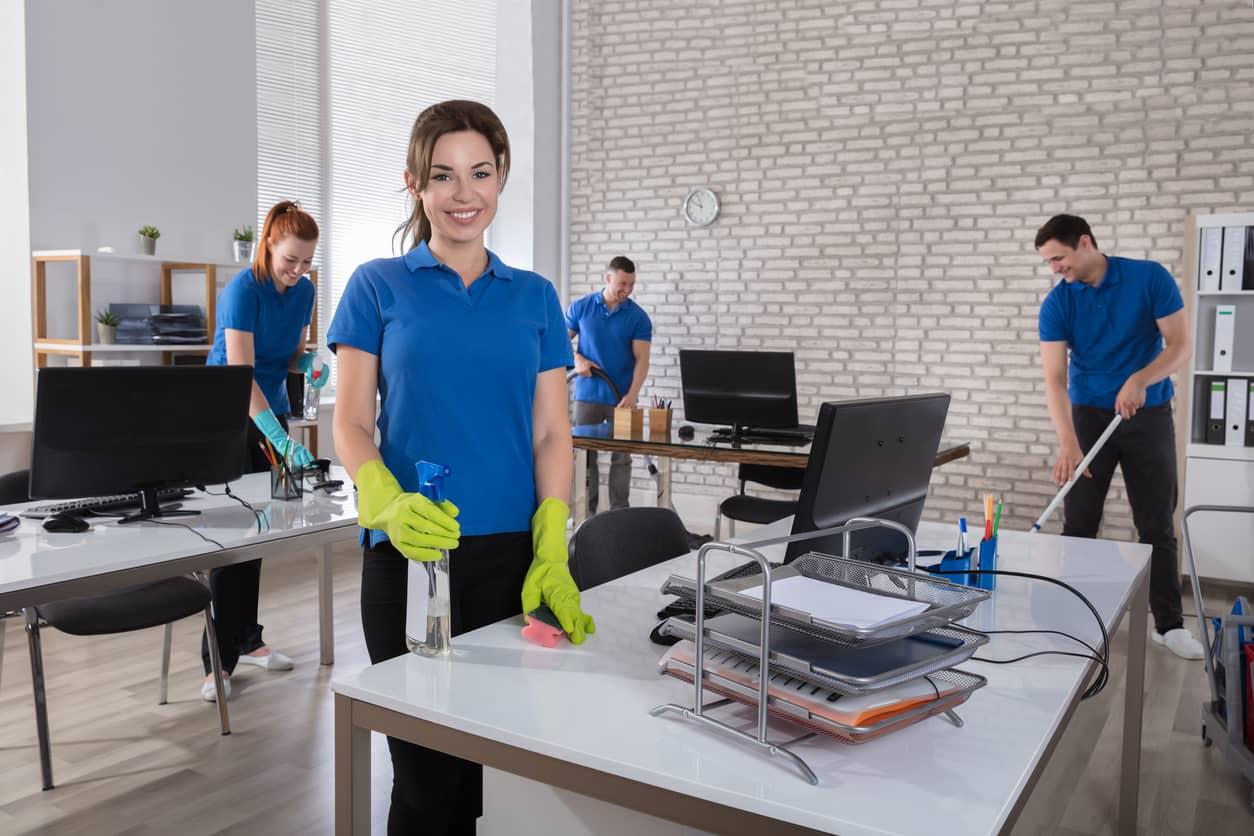 zufrieden-mitarbeiter-reinigung-im-büro-männer-frauen